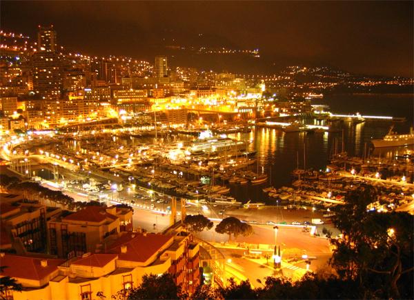 مشهد ليلي لمدينة الأثرياء