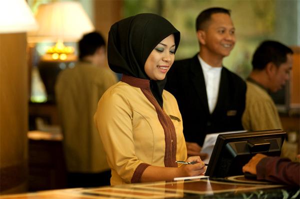 يُرحّب مكتب استقبال الفندق باستفسارات النزلاء بابتسامة مُحببة