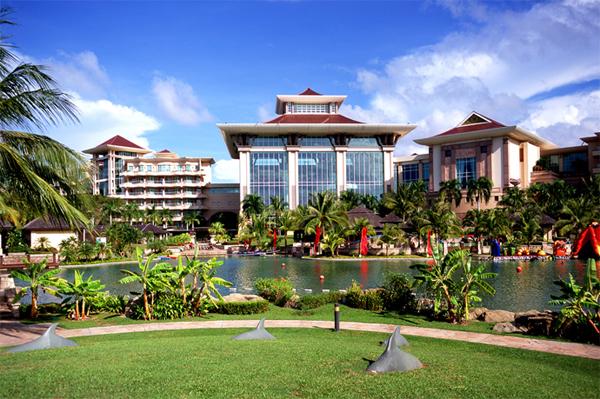 """فندق """"أمباير"""" بروناي في إطلالة نهاريّة على مُسطحات الحديقة الخضراء"""