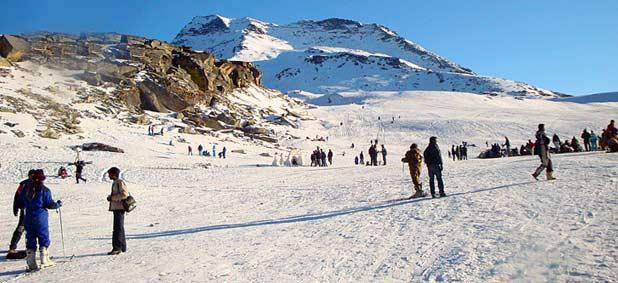 تتسربل مرتفعات هيماشال براديش بحُلّة من الثلج في الشتاء موفّرة أرضيّة مُلائمة للتزلّج