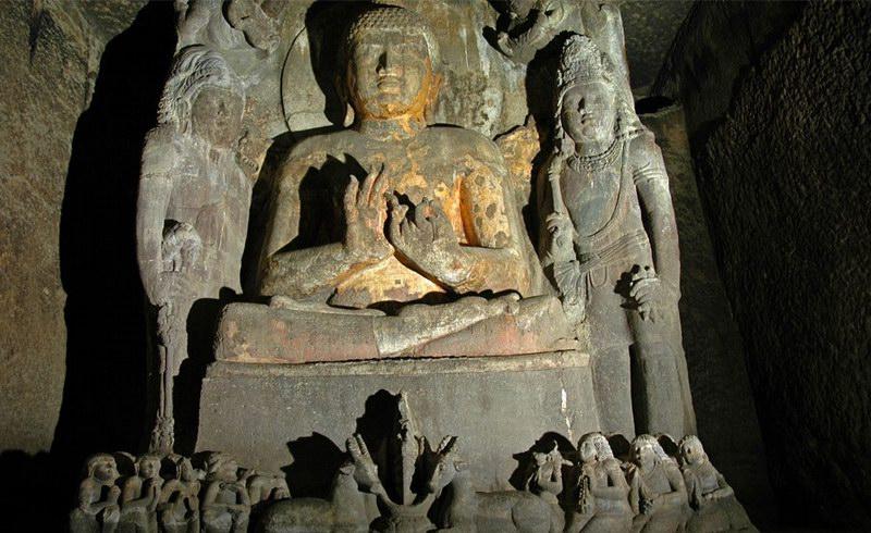 تماثيل عديدة لبوذا