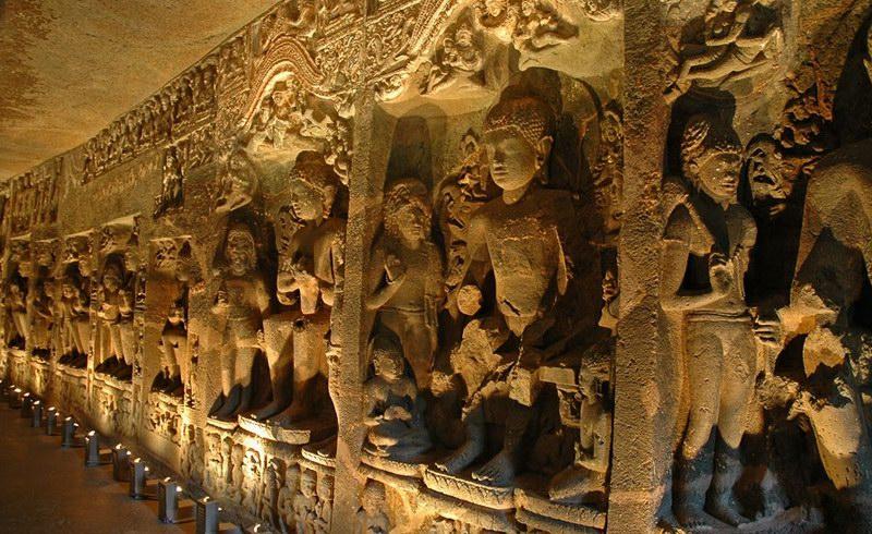 تماثيل أصغر لبوذا داخل الكهوف