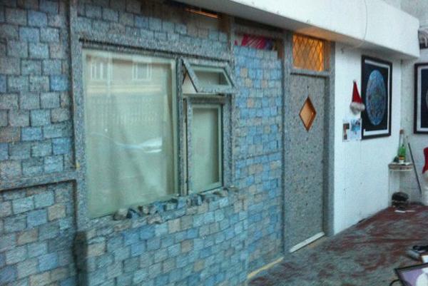 حوائط ونوافذ من عملات اليورو الممزقة