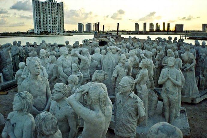 مجموعة من التماثيل قبل تثبيتها بالأعماق