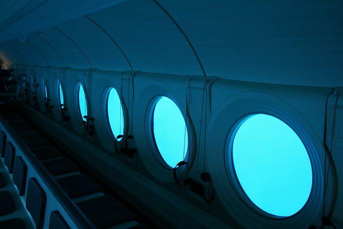الغواصة ذات القاع الزجاجي التي يغوص في أعماق الكاريبي