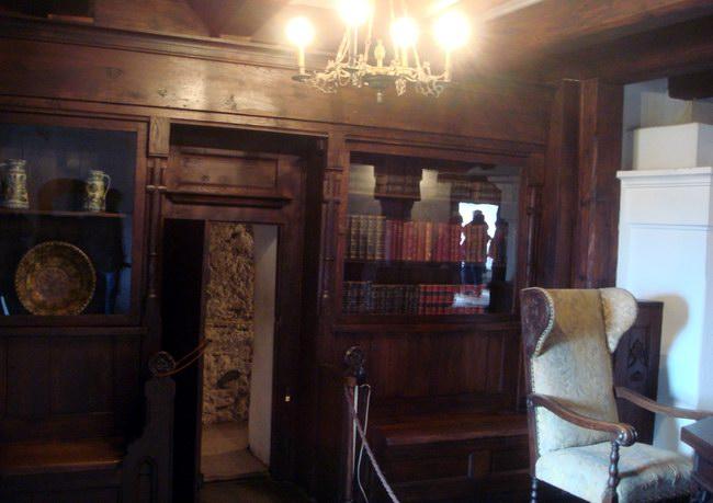 المكتبة وبها باب سري يفتح على السلالم السرية