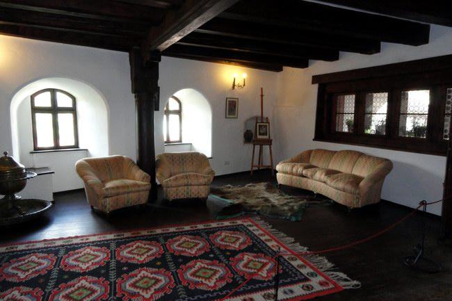 غرف القلعة التي تتوزع على الطوابق الأربعة