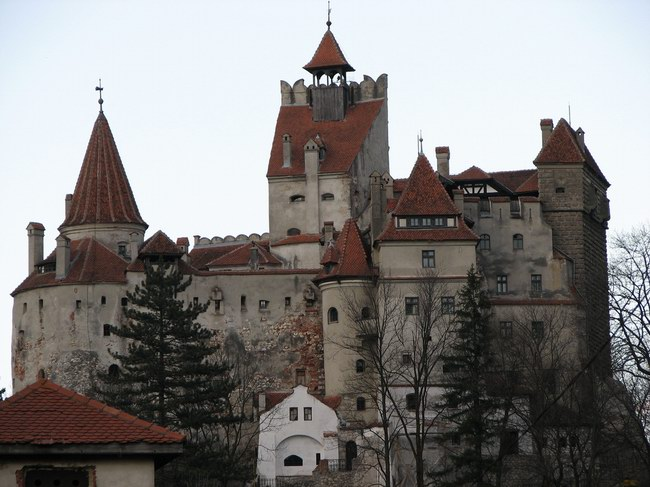 قلعة دراكولا بأبراجها العالية كما تبدو من بعيد