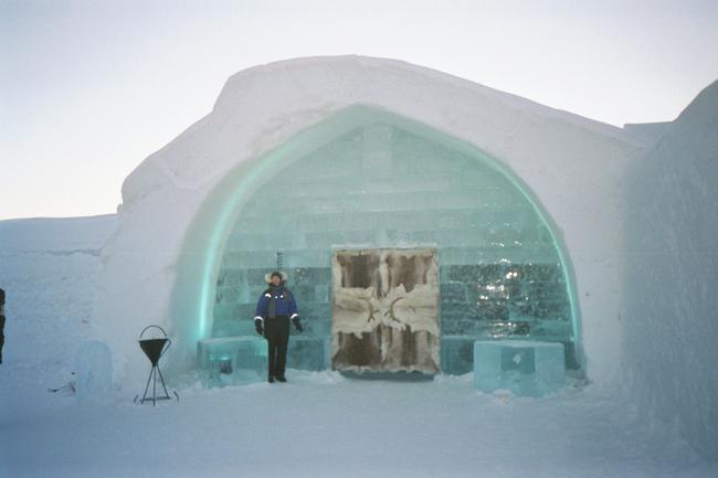 مدخل فندق الثلج في السويد