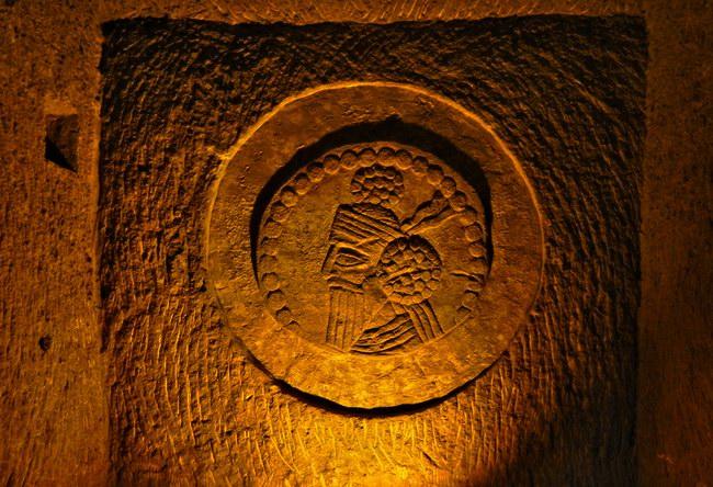نقوشات فارسية قديمة تعود لـ 2500 سنة
