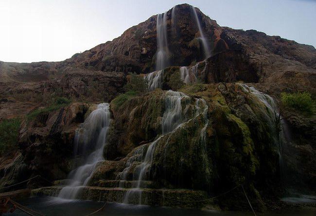 المياه الساخنة تهبط من أعلى الشلالات
