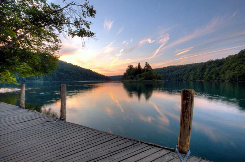 جسور خشبية توفر التجول بين البحيرات
