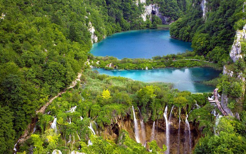 مياه زرقاء وطبيعة خضراء يميزان البارك