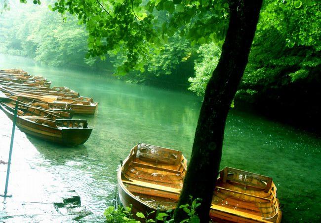 قوارب لاكتشاف البحيرات