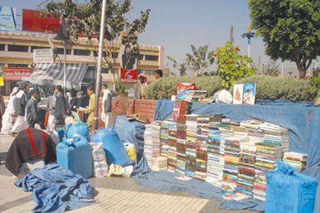 أرصفة حديقة التحرير بصنعاء عدد كبير من العناوين في مختلف مجالات