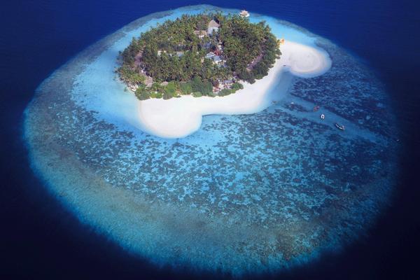 صورة من الجو لإحدى جزر المالديف