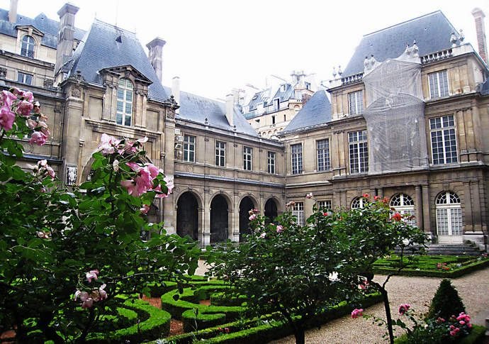 ساحة المتحف وما به من حدائق رائعة
