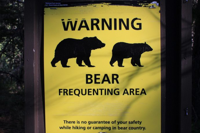 لافتات تحذر من الدببة المفترسة