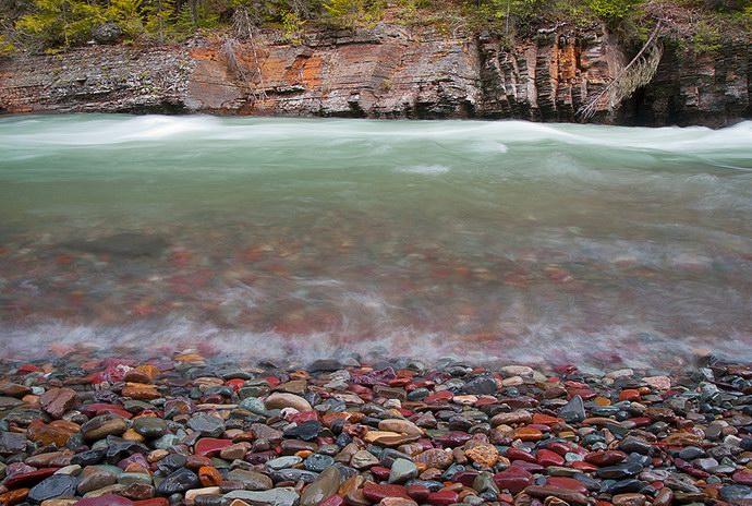 أنهار ذات مياه كريستالية من أشهرها نهر ماكدونالد