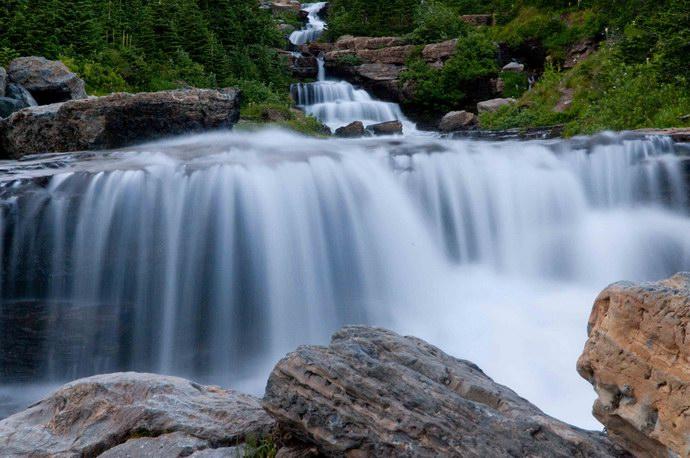 مئات الشلالات بالحديقة نتيجة المنحدرات الكثيرة
