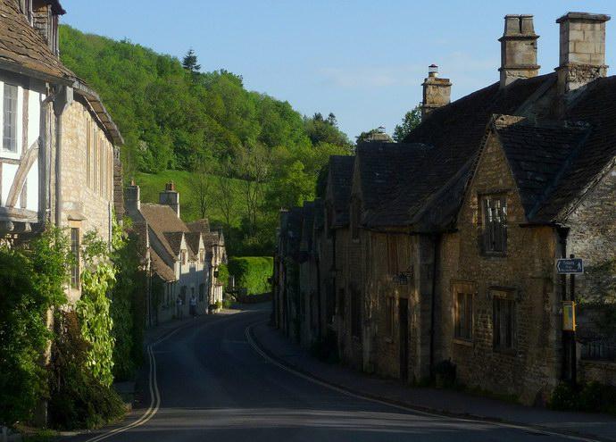 طرقات القرية وتلالها المرتفعة التي تحيط بها