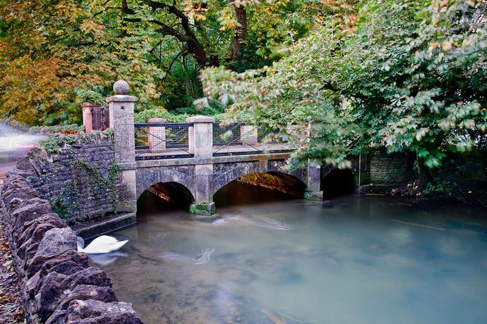 تنتشر جسور عديدة في القرية بأشكال متنوعة