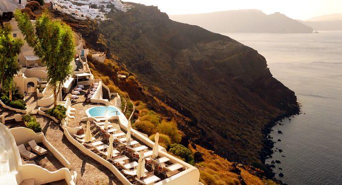 منتجع ميستيك اليوناني على قمة المنحدرات أمام بحر إيجه