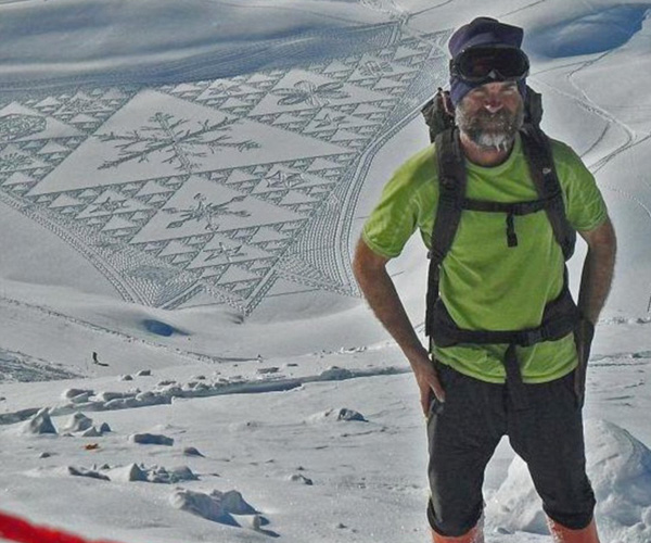 سيمون بيك وخلفه لوحة على الجليد