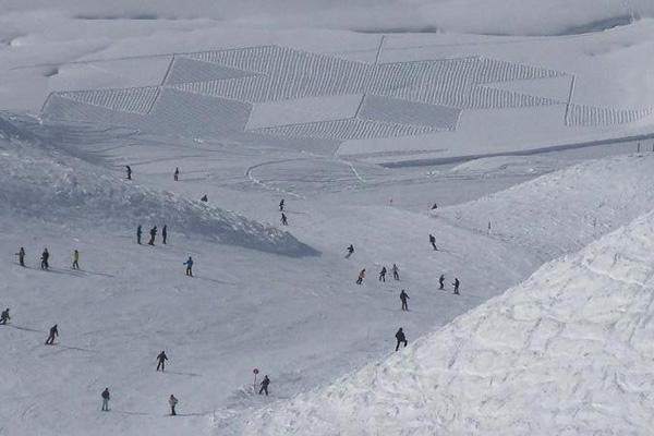 تزلج حول أشكال رسمها سيمون بليك على الجليد
