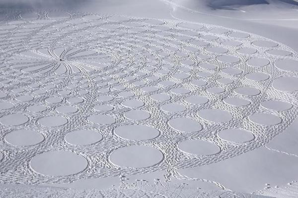 أمضى بيك ساعات من المشي اليومي مرتديا ًحذاء الجليد لتشكيل لوحاته