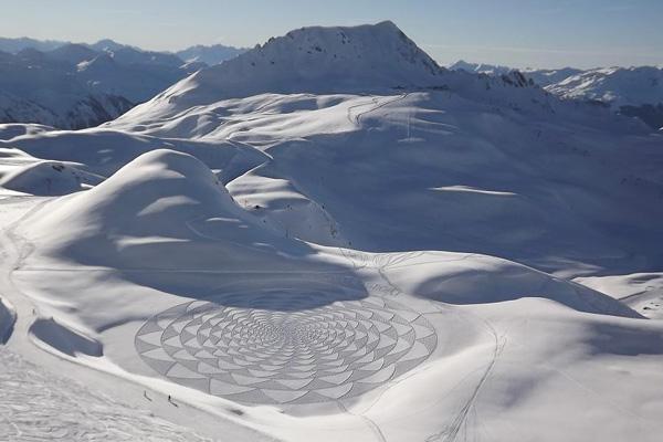من أشكال صنعها سيمون بيك على الجليد هذا الشتاء