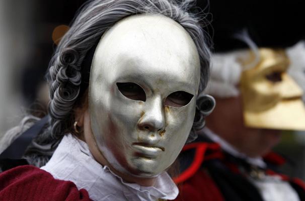 وجه يغطيه قناع وشعر مستعار في كرنفال 2012