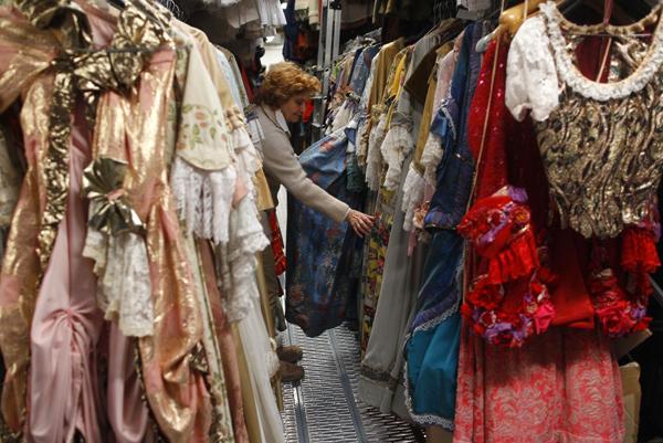 صفوف من الملابس القديمة استعداداً للكرنفال التاريخي