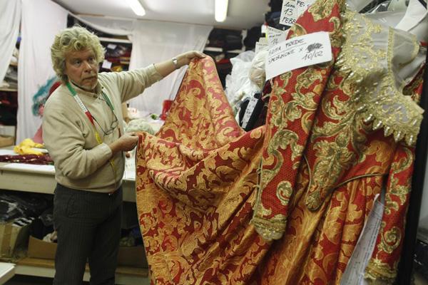 ستيفانو نيكولا أحد أشهر مصممي ملابس الكرنفال