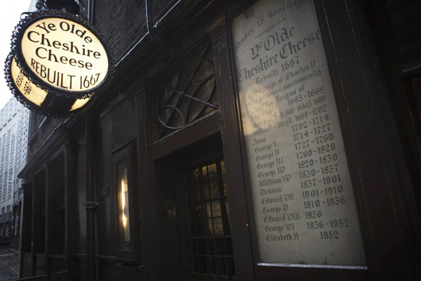 إحدى الحانات حيث جلس الأديب البريطاني تشارلز ديكنز