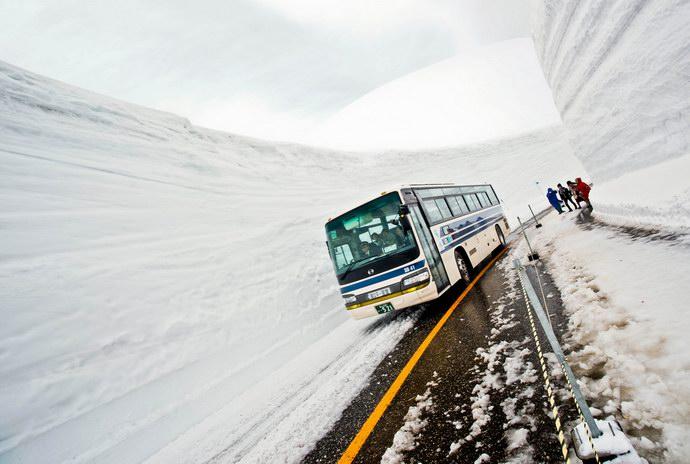 الطريق الياباني الذي يقصده ملايين السياح