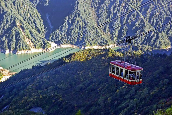 التليفريك ينقل السياح بين الجبال