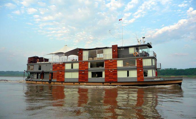 السفينة التي تجوب نهر الأمازون في بيرو