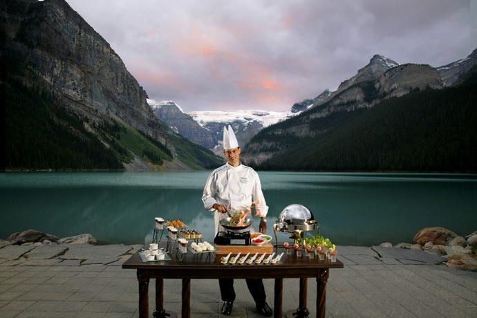 المطعم الذي يقدم وجباته على البحيرة