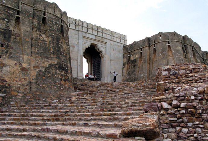 إحدى البوبات المؤدية داخل قلعة شيتوره