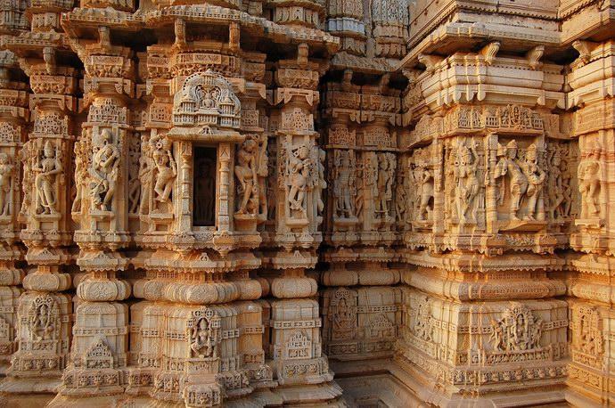 النقوش والتماثيل الهندية على جدران المعابد