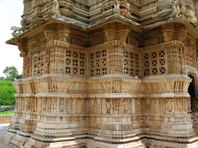 الفن الهندي سمة غالبة على جدران المعابد