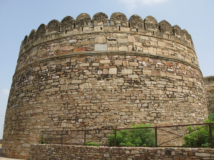 حصون ضخمة تحيط بالقلعة لحمايتها من الغزاة