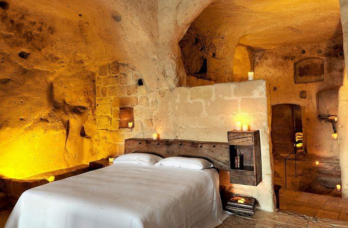 غرفة النوم وتعرجات الجدران تعطي منظراً طبيعياً