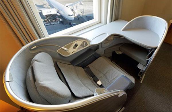 مقعد طيران من الدرجة الأولى في غرفة فندق ياباني