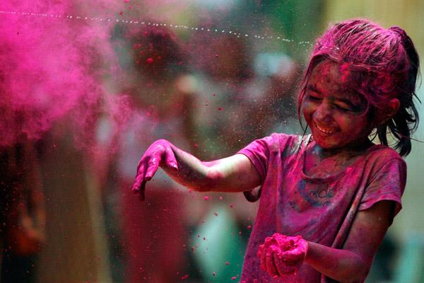 يحتفي بمهرجان جميل يفيض بالألوان والبهجة على وجود الناس وملابسهم