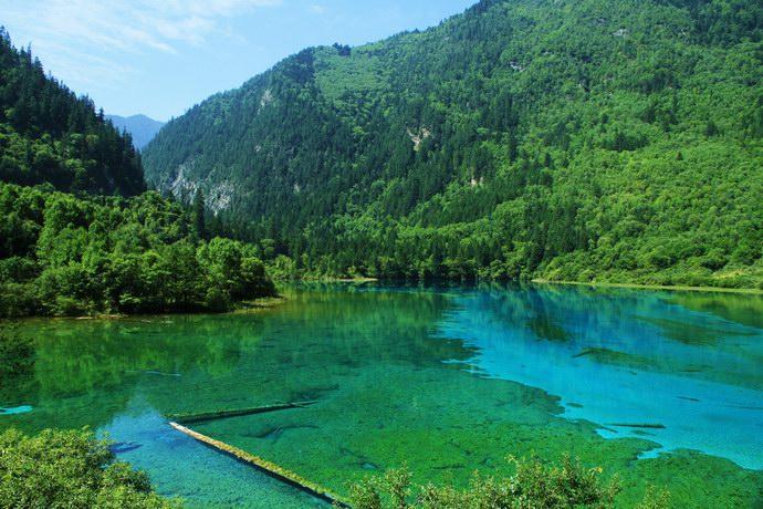 جبال خضراء تحيط بالبحيرات
