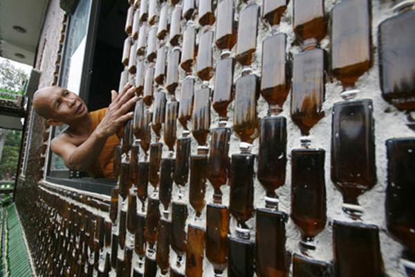 """معبد"""" وات با ماها خيدى كاو"""" في تايلاند من الزجاجات"""
