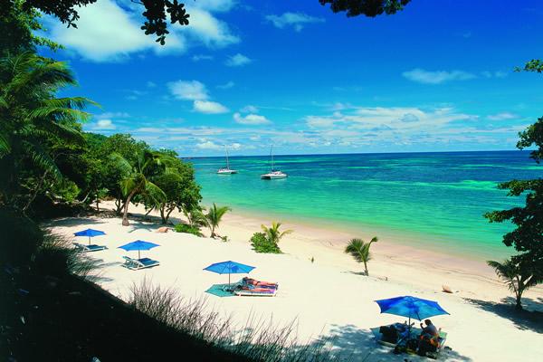 تتمتع جزر سيشل بأجمل الشواطئ الطبيعية الهادئة.