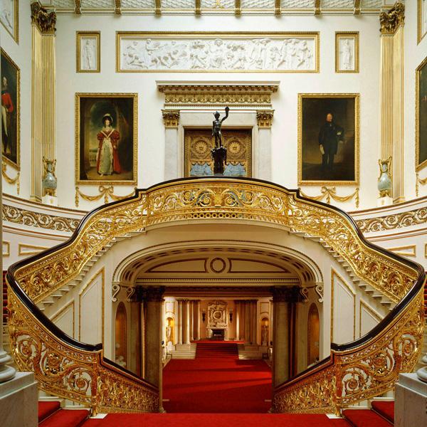 الدرج الرئيسي في قصر باكنجهام، لندن
